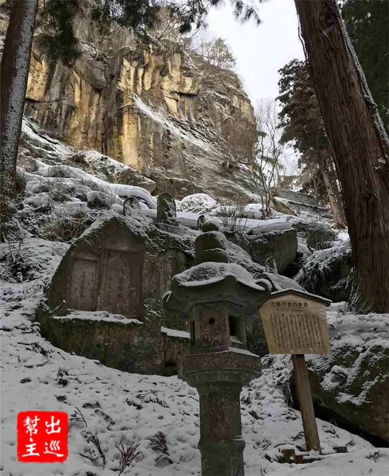 整座山頭都被白雪所覆蓋,一路上兩側都是不同的造景