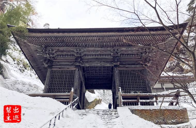 『仁王門』,立於石階通道處,同樣是木結構的特色