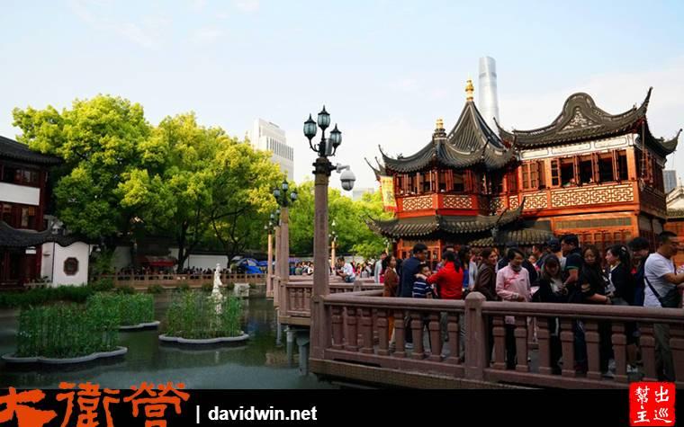 豫園商城中央的九曲橋,這裡人山人海