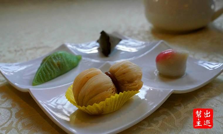 四件小品,分別是:腰果葫蘆酥、金腿小粽、長壽桃、順風葉