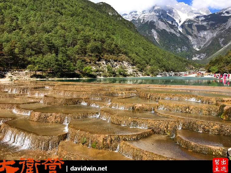 白水河河床因為石灰岩石的沈積堆砌,呈現了特殊的景致