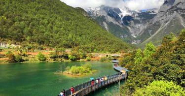玉龍雪山藍月谷的湖畔有步道