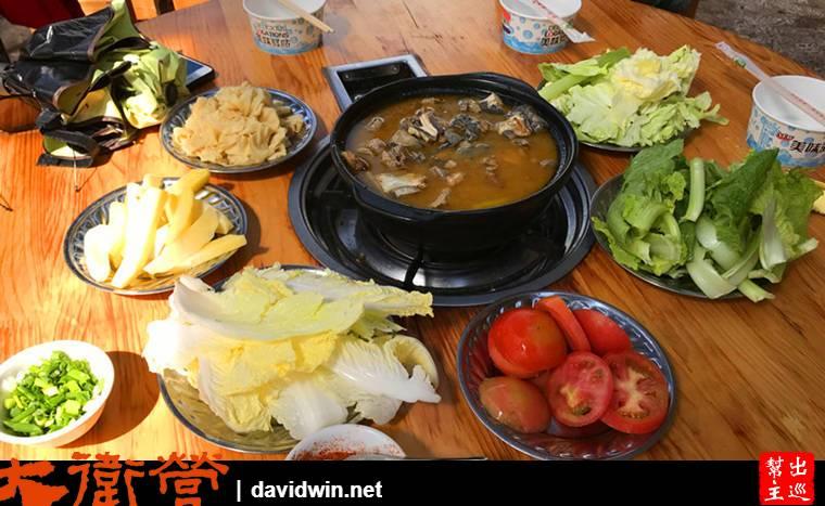火鍋用的是土雞,加上高山青菜都很新鮮好吃