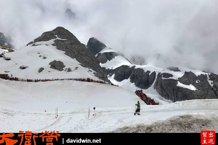 單看雪山會覺得很美,不過其實現場是人山人海的