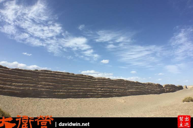 這段長城就這麼綿延著在大漠之中,一趟行程就讓人穿越到漢代