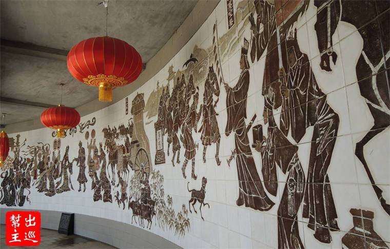 進關前的圍牆上刻劃著有歷史意義的圖像,陽關就這麼立在大漠荒原中