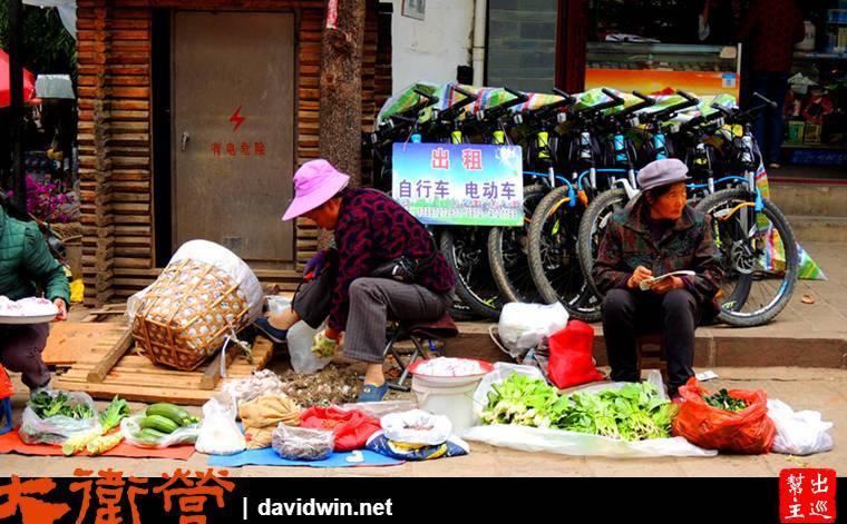 茶馬古道沙溪古鎮當地居民路邊賣菜