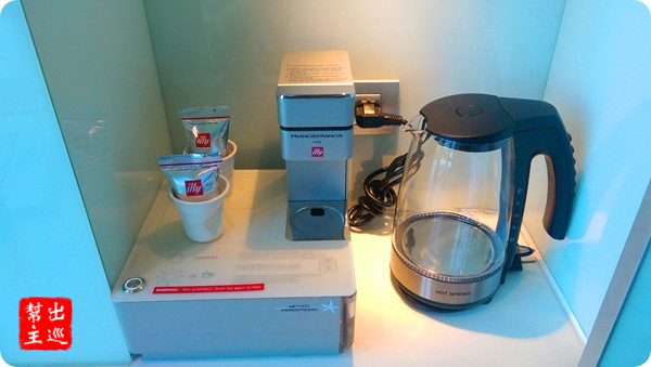 小冰箱內的飲料,咖啡機,嘿嘿,是illy的豆子