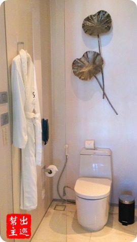 廁所的部份也有金屬荷葉設計,牆上掛著的浴袍,口袋上的SO字樣,這是男性的標示