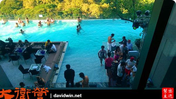 每個月特定週末的泳池Party!所以一大票的老外都來到這裡享受泡水、烤肉、啤酒