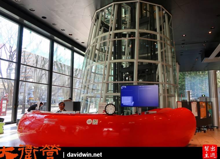 一樓大堂的服務中心,大紅色的顯目設計