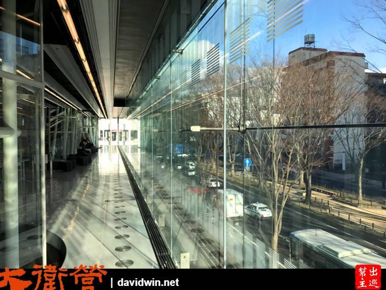 大面積的光源與街景,營造很棒的通透感,同時帶出了光影的視覺效果
