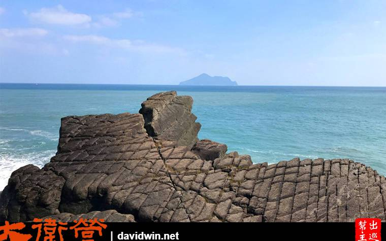 遠方的龜山島與岸邊的豆腐狹;面對這美景看呆了