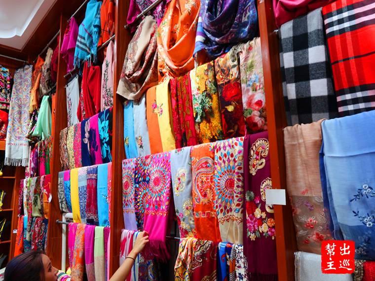 民俗特色的物品也很多,特別推薦這裡的絲巾披肩