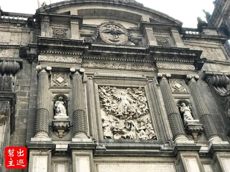 正面帶有哥德式建築風格,值得留意的是上方大鐘上面有著三尊雕塑
