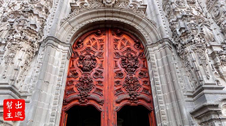 巴洛克風格設計,正面的大門以精緻的石雕組成