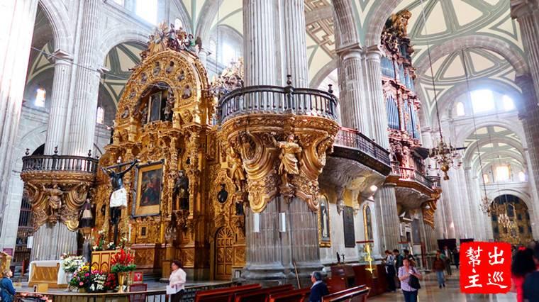 內部的結構是拉丁十字架的造型,在教堂兩側都有多達14間小型的禮拜堂