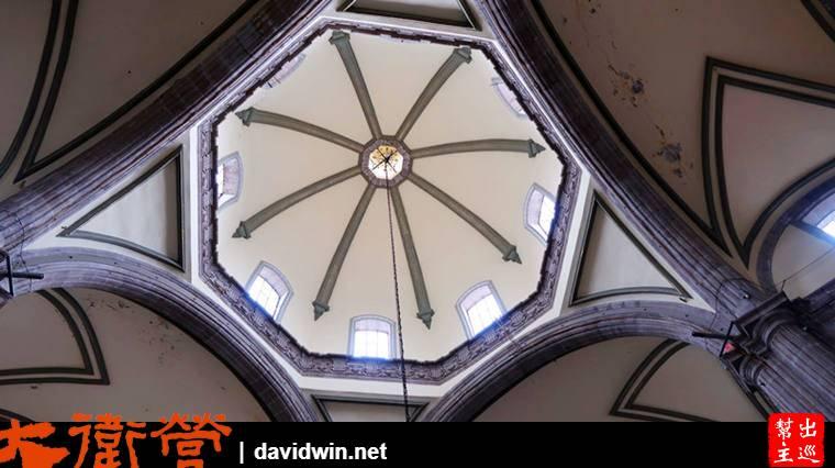 簡潔的內部卻不失莊嚴,由數個弓形穹頂組成挑高的空間