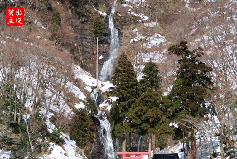開著開著經過了知名的『白糸の滝』