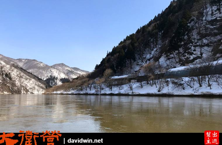 厚重的積雪,枯枝樹木,川流不息的河水,共同組合成了最上川雪見舟膾炙人口的美景
