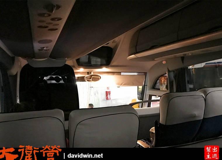 大巴士還算寬敞舒適,值得一提的是:開車前會有工作人員拿著攝影機幫所有的乘客錄影拍照