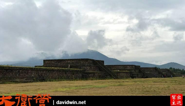 羽蛇神殿外部由許多的圍牆與堡壘圍起,有點像是長城的感覺