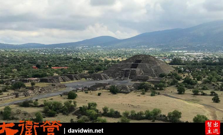 月亮金字塔的體型比太陽金字塔小,時間上也晚於太陽金字塔200年,但它被12座祭壇完美整齊的包圍
