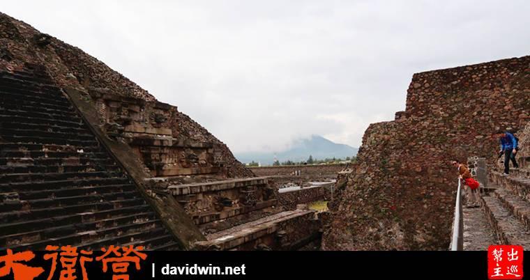羽蛇神殿中央有大型的金字塔