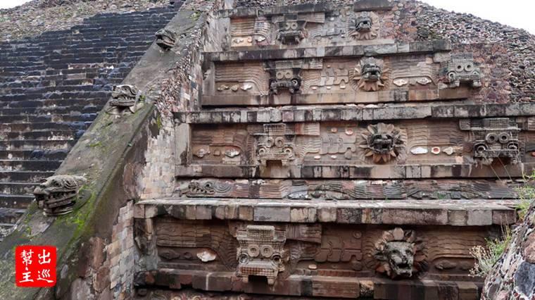 羽蛇神殿四面共雕刻了366個羽蛇神的頭像