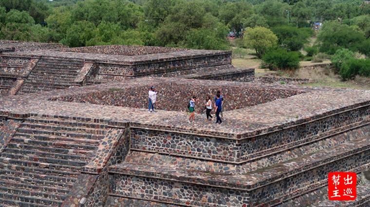 也有許多遊客爬到祭壇上