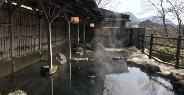 『山沿い露天風呂』,意思就是在山中的露天溫泉囉