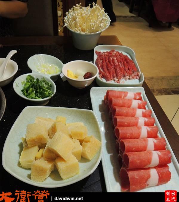 凍豆腐、金針菇、蔬菜什麼的