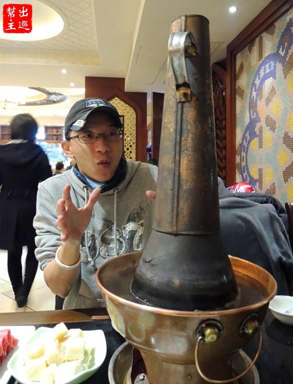 洪長興的特色銅鍋,加上紅紅的炭火,不加料的清湯