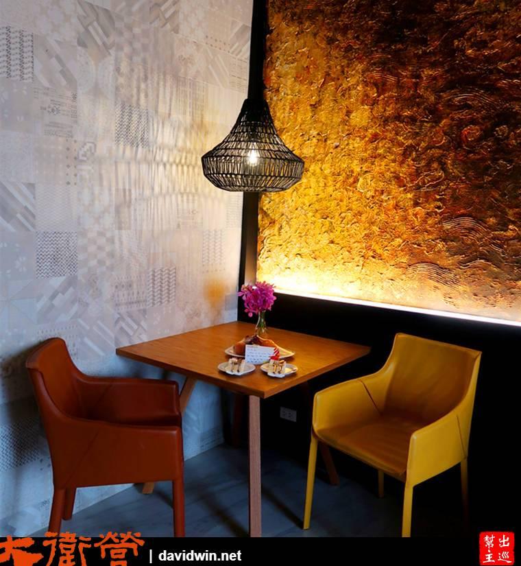 帶有花紋的磁磚、油畫風格創作。。。角落的這個桌子,簡單的配色與造型燈