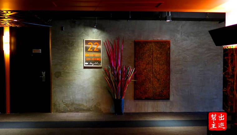水泥牆體搭配投射式的燈光