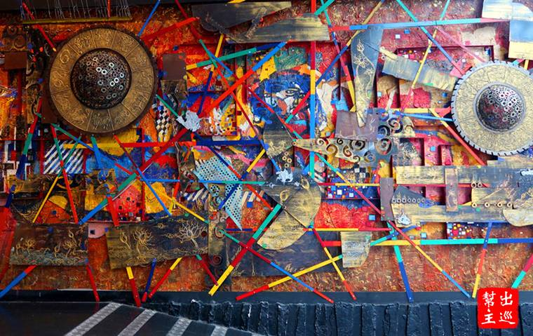 大門是這麼一面有點另類、混搭、抽象的藝術作品