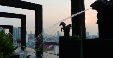 一方面是造型適合拍照,另一方面是可以趴在泳池角落欣賞曼谷街景