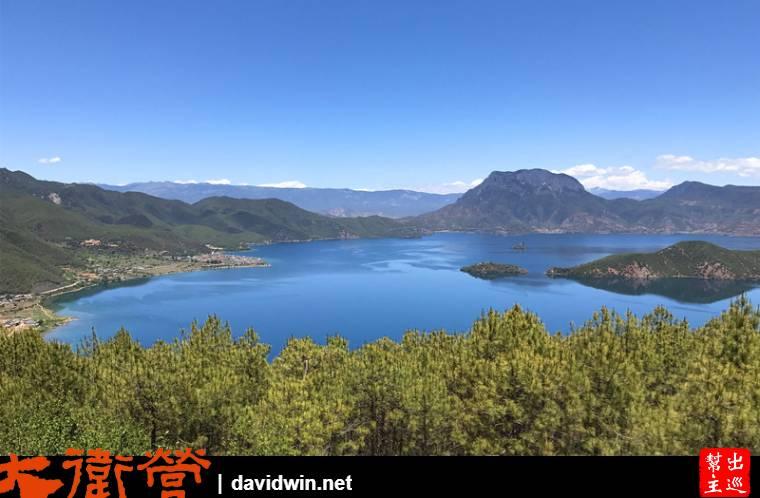 瀘沽湖山路的最佳景觀區停下來拍照
