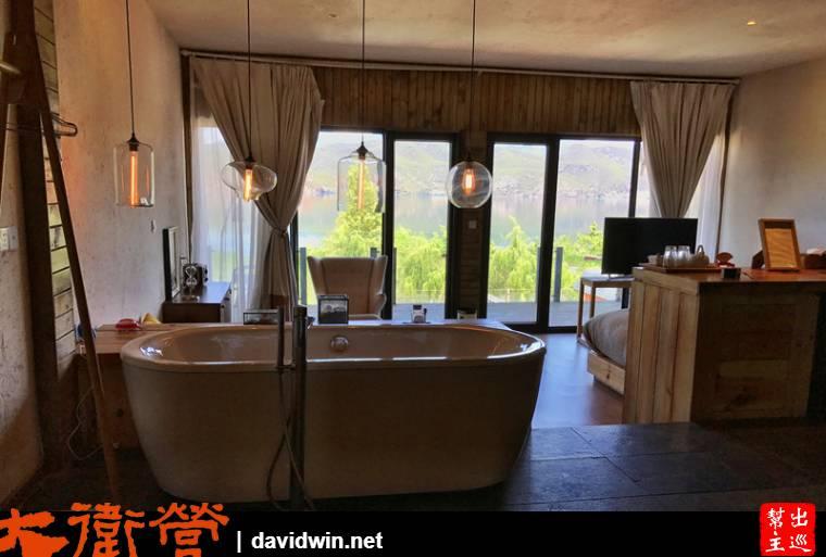 窗外就是瀘沽湖景,有高低落差的設計