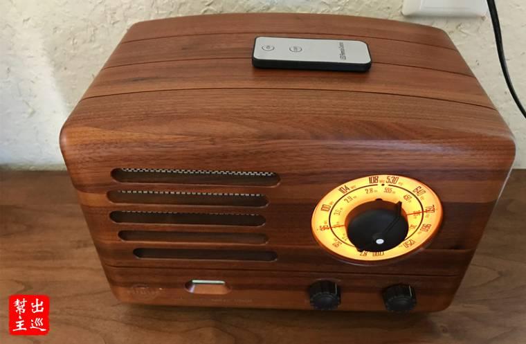 窗簾的綁繩(用銅鈴裝飾)或是復古造型的收音機