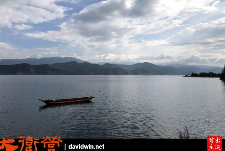 沿著瀘沽湖邊,自然隨處都是湖光山色的美景