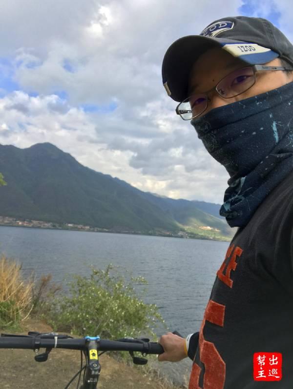 吃完早餐我就在旁邊租了腳踏車出門去繞瀘沽湖