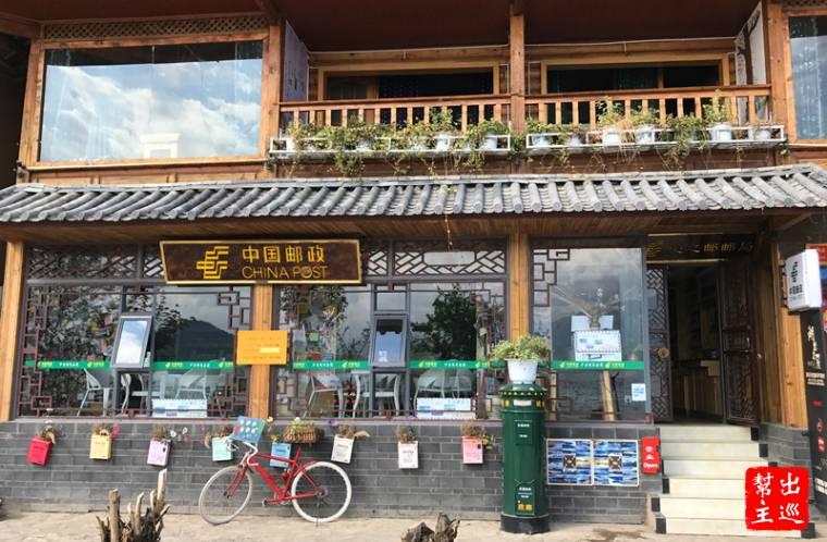 越來越多人從麗江來到瀘沽湖,所以湖畔也有了高級精緻的旅館及熱鬧的市集