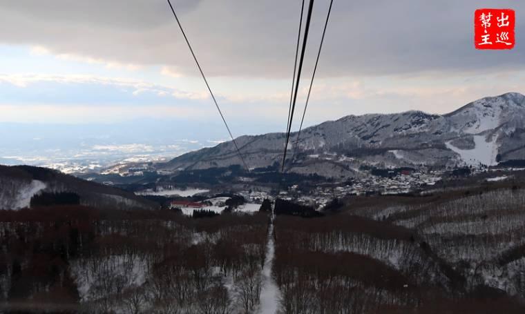 纜車慢慢的運行,可以看到下方就是滑雪場地