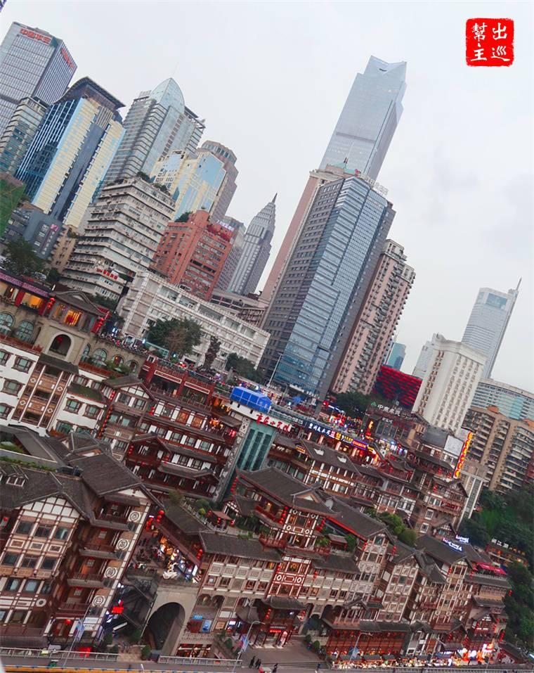 臨江第一排,後面就是現代化的高樓大廈,這樣的視覺衝突還是挺有意思的