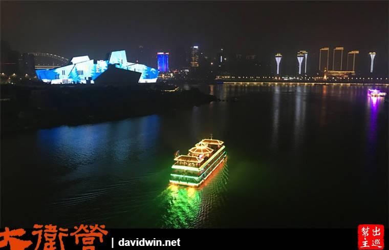 可以看到往來的遊船,還有畫面上的『重慶大劇院』