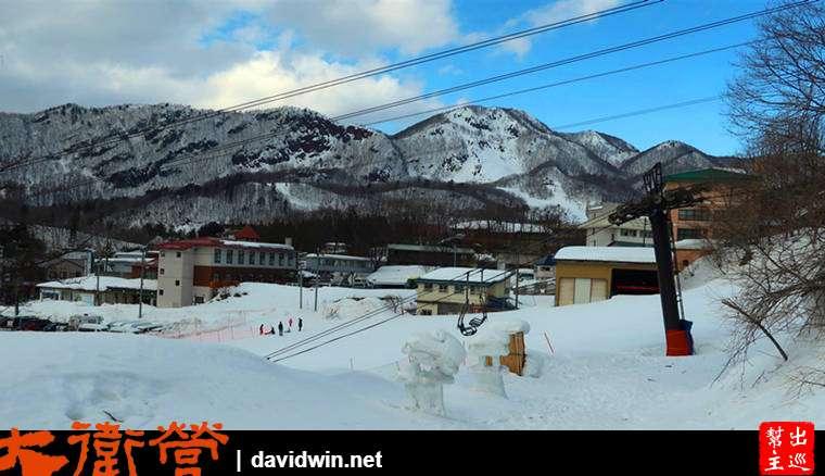 路旁會看到滑雪場的纜車載著滑雪客上去