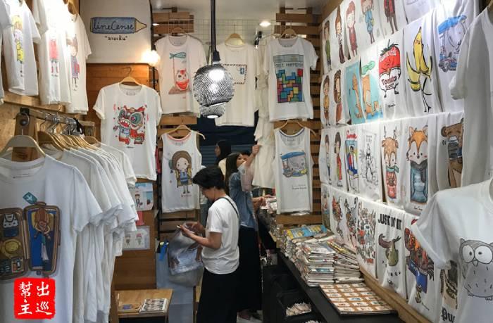 小小的店面就是Linecense,由內到外掛滿了可愛的T恤