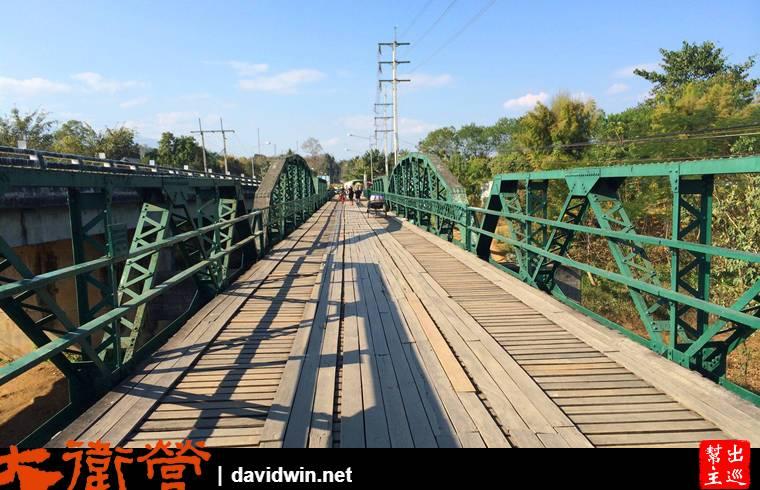 二戰橋目前沒有運輸功能,純粹當做紀念性質讓遊客漫步參觀。橋上還擺放了復古的三輪車供遊客拍照