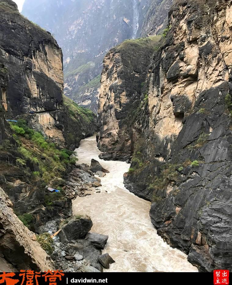 見到下方湍急的金沙江,我們就要這樣一路下行到河畔去感受奔騰的河流